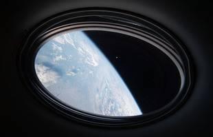 La Terre et la Lune vues depuis le Crew Dragon.