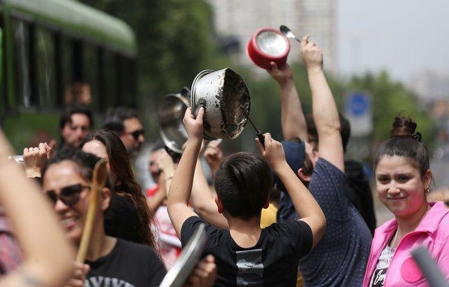 Des manifestants tapent sur des casseroles, à Santiago, le 19 octobre 2019.