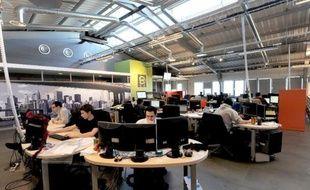 Des employés travaillent, le 7 mars 2011 à Roubaix, dans un bureau technique de l'hébergeur français OVH, en pointe dans les protestations des professionnels du secteur contre la loi sur le renseignement