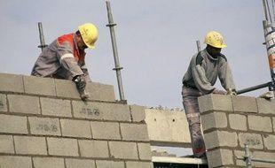 Ouvriers du bâtiment sur un chantier.