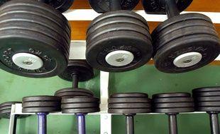 Des haltères dans une salle de musculation. Illustration.