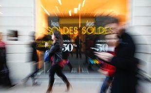 Une rue commerçante, pendant les soldes, en centre-ville de Nantes.