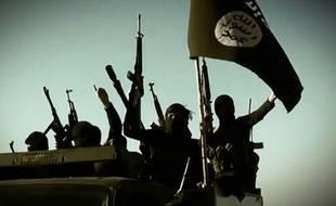 Capture d'écran d'une vidéo fournie par le groupe EI le 17 mars 2014 montrant des combattants qui brandissent le drapeau de leur groupe