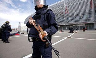 Un policier lors d'un exercice de sécurité au Stade Pierre-Mauroy, à Lille, le 21 avril 2016.