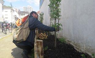 Julien Mingui, habitant de la rue de l'Abbé Boutet. Il a participé activement à la mise en place des parterres dans sa rue.