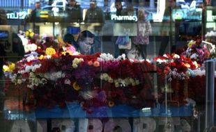 Reflet dans une vitre de l'aéroport international de Pulkovo, à Saint-Pétersbourg, où un mémorial improvisé a été installé en hommage aux victimes du crash aérien dans le Sinaï égyptien, le 3 novembre 2015