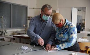 Tout le monde se met à fabriquer des masques.