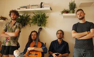 Damian Myna (avec la guitare) et son groupe de musique, TransVersal.