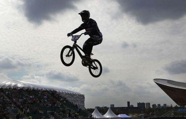 Le champion de BMX français Moana Moo Caille, lors d'une Coupe du monde au Parc olympique de Londres, le 19 août 2011.
