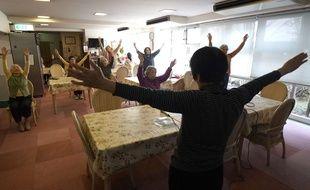 Des retraités japonais font des exercices de gymnastique dans une maison de retraite de Tokyo.