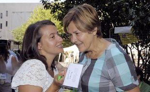 La secrétaire nationale d'Europe écologie-Les Verts Cécile Duflot en compagnie de la maire de Montreuil Dominique Voynet, aux journées d'été du parti écologiste, à Clermont-Ferrand, le 19 août 2011.