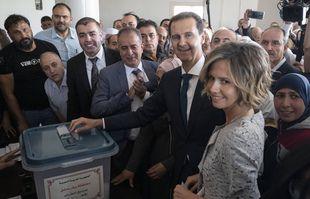 Le président syrien Bashar Assad et son épouse Asma votent lors des élections présidentielles dans la ville de Douma, dans la région orientale de la Ghouta, près de la capitale syrienne Damas, en Syrie, le mercredi 26 mai 2021.