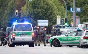 Des policiers allemands aux abords du centre commercial où a eu lieu la fusillade de Munich