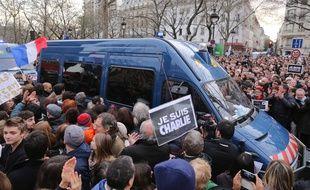 Car de police applaudi lors de la manifestation parisienne de soutien à Charlie Hebdo le 11 janvier 2015.