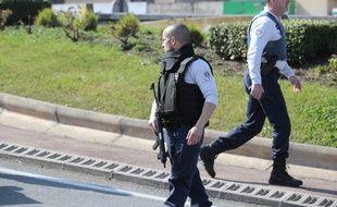 Des policiers devant le lycée Tocqueville à Grasse où une fusillade a éclaté le 16 mars 2017.