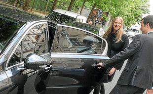 La cliente d'un véhicule de tourisme avec chauffeur, ici à Paris.
