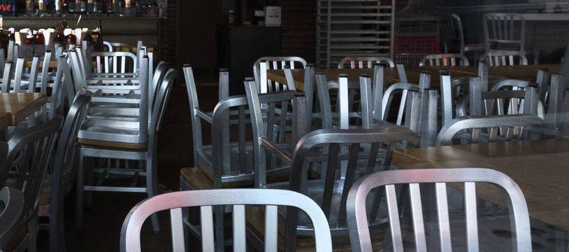 Des chaises dans un restaurant fermé à cause du confinement. (Illustration)