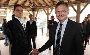 Etienne Bousquet-Cassagne (FN, à gauche) et Jean-Louis Costes (UMP) s'affrontent au second tour des élections législatives partielles de la troisième circonsription du Lot-et-Garonne, le 19 juin 2013 à Villeréal.