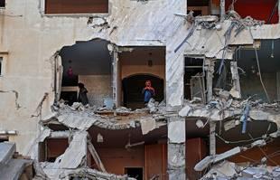 Des Palestiniennes vérifient les dégâts à l'intérieur d'un appartement dans un immeuble gravement endommagé de la ville de Gaza au le 12mai 2021.