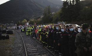 Des soldats et des secouristes le long de la voie ferrée à Breil-sur-Roya après le passage de la tempête Alex, le 7 octobre 2020.