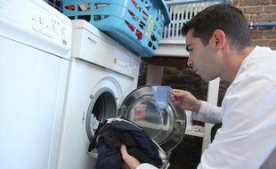 Un homme fait une lessive.