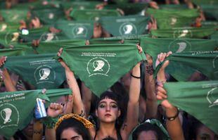 Des milliers d'activistes pro-choix, devant le Congrès de Buenos Aires, en Argentine, le 19 février 2020.
