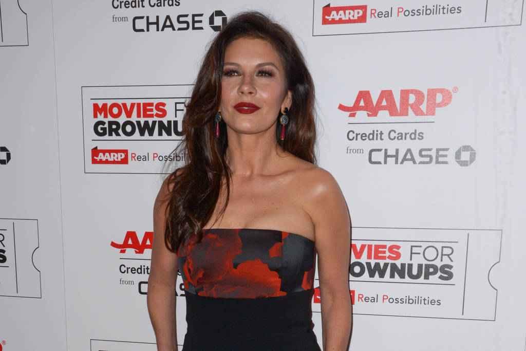 Catherine Zeta-Jones nargue les paparazzis en bikini