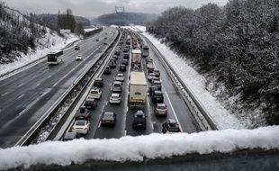 Voitures bloquées sur l'autoroute A43 à  Saint-Quentin-Fallavier, près de Lyon en raison des chutes de neige le 21 février 2015.