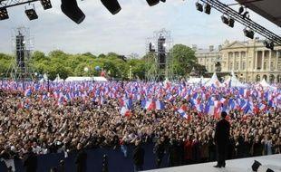 """Nicolas Sarkozy s'est réjoui lundi de la réussite de son rassemblement, la veille, place de la Concorde à Paris, qui a réuni """"120.000 personnes"""" selon lui, et a refusé de s'inquiéter de la série de sondages le donnant largement battu par François Hollande."""