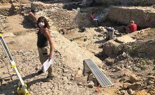 Marie-Laure Hervé, archéologue, devant les fouilles de Rezé.