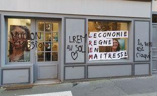Tags et inscriptions sur le local de campagne de la députée Valérie Oppelt.