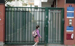 Illustration d'une petite fille retournant à l'école avec un masque. Ici à Paris.