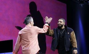 Eddie Cue, d'Apple, et le rappeur Drake, présente le service de streaming Apple Music, le 8 juin 2015, à San Francisco.