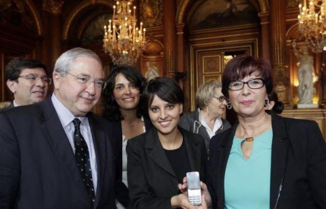 """Expérimenté avec succès en Seine-Saint-Denis et dans le Bas-Rhin, le dispositif des téléphones portables d'urgence remis aux femmes victimes de violences conjugales s'implante à Paris, et """"a vocation à essaimer"""" en France, a affirmé vendredi la ministre des Droits des femmes, Najat Vallaud-Belkacem."""