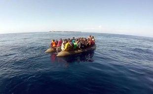 Image fournie par les gardes civils espagnols d'un bateau de migrants lors d'une opération de sauvetage, le 9 septembre 2015 au large des côtes à Almeria