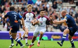Bordeaux's French fullback Sofiane Guitoune (C) runs with the ball  next to Castres' Romanian prop Mihaita Lazar (R)  during the French Top 14 rugby union match between Union Bordeaux-Begles (UBB) and Castres (CO) on October 11, 2014 at the Chaban-Delmas stadium in Bordeaux, southwestern France. AFP PHOTO / NICOLAS TUCAT