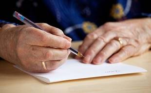 Illustration: Une vieille femme en train d'écrire.