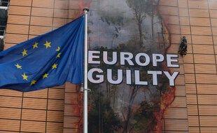 Des activistes de Greenpeace déroulent une bannière, au QG de l'Union européenne, pour alerter sur la déforestation en cours dans la forêt amazonienne et la part de responsabilité de l'Union européenne via ses importations.
