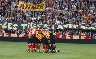 Les supporters du RC Lens pendant une minute de recueillement, le 12 mai 2009 avant le match de L2 face à Reims.
