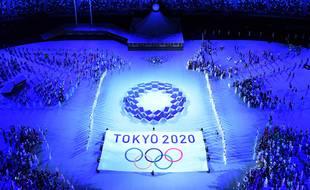 Le drapeau de Tokyo 2020 lors de la cérémonie d'ouverture des Jeux Olympiques de Tokyo 2020, au stade olympique de Tokyo, le 23 juillet 2021.