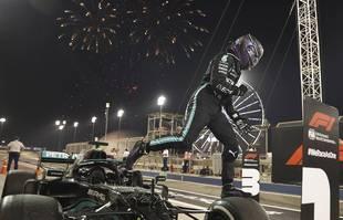 Le pilote britannique Lewis Hamilton (Mercedes-AMG Petronas), après avoir remporté le Grand Prix de Formule 1 de Bahreïn à Sakhir, le dimanche 28 mars 2021.