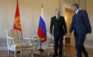 Vladimir Poutine (g) reçoit le président kirghiz, Almazbek Atambaïev, le 16 mars 2015 à Saint-Pétersbourg