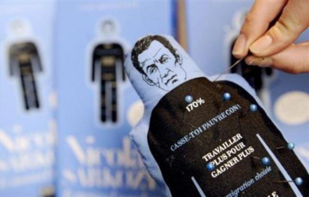 Le sort de la poupée vaudou Nicolas Sarkozy, en sursis depuis que le président de la République a réclamé son interdiction devant la justice, doit être fixé ce mercredi par la juge des référés. – Franck Fife AFP/Archives
