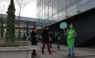 Des militants de l'association Animalsace en pleine action pour des repas végétaliens devant le resto U du campus de l'Esplanade à Strasbourg.