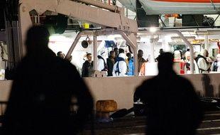 Arrivée de migrants survivants d'un naufrage en Méditerranée, le 21 avril 2015 à Catane en Sicile.
