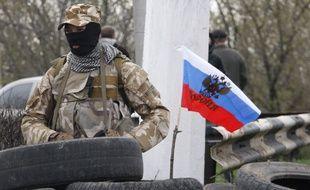 Un garde armé pro-Russe à l'entrée de Slaviansk, le 12 avril 2014.