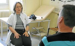 Le patient dialogue avec le médecin pour entrer en hypnose.