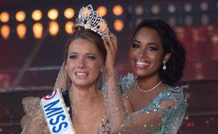 Amandine Petit, couronnée Miss France 2021 par Clémence Botino, le 20 décembre 2020.