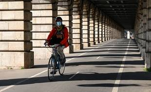 Un cycliste portant un masque à Paris (illustration).