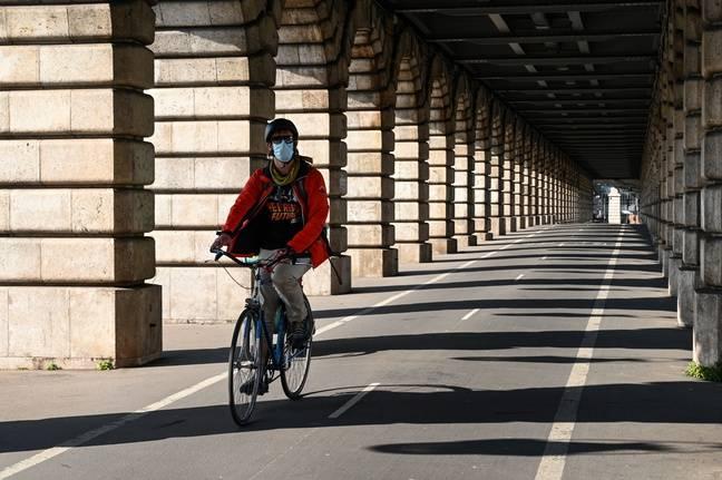 Un cycliste portant un masque à Paris (illustration).